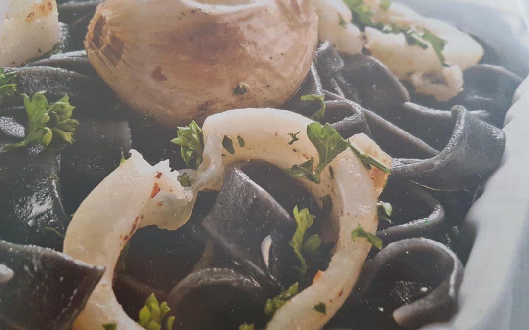 Tagliatelles à l'encre de seiche et aux calamars